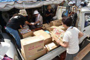 座り込みを続ける市民らに、全国から届いた支援物資=21日午前10時すぎ、東村高江の北部訓練場N1ゲート前