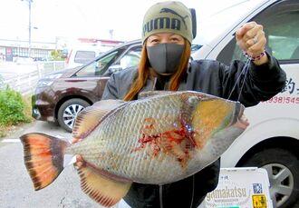 宮城島で57.6センチ、5.14キロのモンガラカワハギを釣った安里恵美さん=12月23日