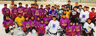 アイスホッケーを楽しんだ熊本、福岡、沖縄の小中学生たち