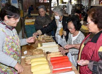 旧正月用の食材などを買い求める客たち=7日午前9時すぎ、糸満市中央市場