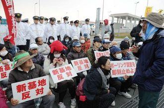 キャンプ・シュワブのゲート前に座り込み、海上作業再開に抗議する市民ら=17日午前8時すぎ、名護市辺野古