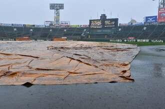 第1試合に予定されていた具志川商業の初戦は雨で22日に順延となった=21日午前9時ごろ、阪神甲子園球場(下地広也撮影)