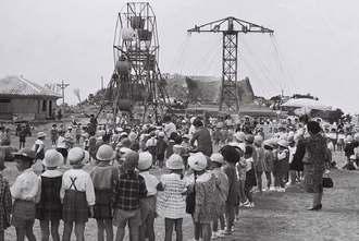 1963年10月当時の中城公園の様子。遊園地でにぎわっている(県公文書館所蔵)