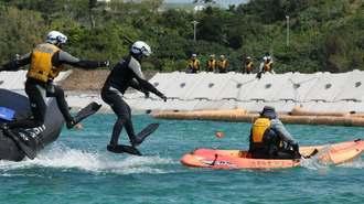 抗議する市民が乗ったカヌーを止めようとする海上保安官ら=23日午前10時53分、名護市辺野古、米軍キャンプ・シュワブ沖