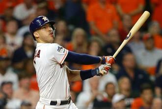 ヤンキース戦の11回、サヨナラ本塁打を放つアストロズのコレア=ヒューストン(ゲッティ=共同)