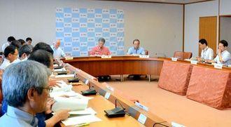 翁長雄志知事が議長を務めた沖縄県の支援対策本部=18日午前、沖縄県庁