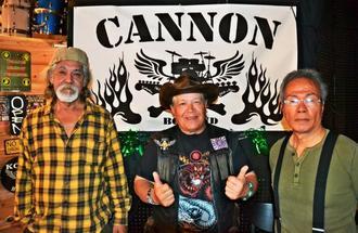 CANNON CLUBに店名を変更した宮永英一さん(中央)。元メンバーの比嘉清正さん(左)と天願賢盛さんらとキャナビスを復活させ、オープニングイベントでオキナワンロックを披露する=沖縄市中央