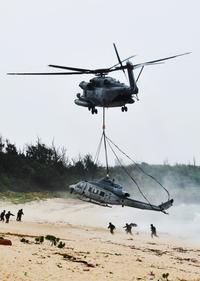 伊計島に不時着の米軍ヘリ、ホワイトビーチへ CH53Eにつり下げて移送