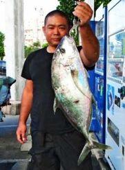 喜屋武海岸で69.2センチ、3.75キロのカイワリを釣った神里悟史さん=3日