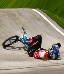 女子BMXレース1回戦 1回目で転倒した畠山紗英=有明アーバンスポーツパーク