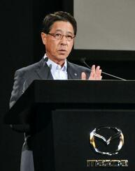 新型車の発表会で話すマツダの小飼雅道社長=14日、東京都港区