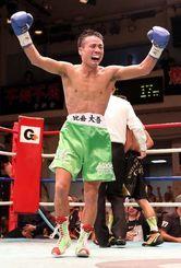 4回KO勝ちで、東洋太平洋フライ級の新王者となり、万感の表情でガッツポーズする比嘉大吾=東京・後楽園ホール(エムアイプランニング撮影)