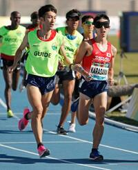 男子5000メートル(視覚障害)決勝 力走する唐沢剣也(右)=ドバイ(共同)