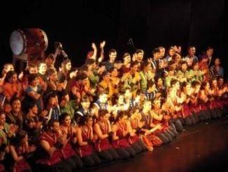 フィナーレで観客の拍手に応える約100人の出演者=ブエノスアイレス市・MAIPO劇場