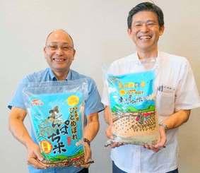 数量限定の「もんぱち米」をPRする沖縄食糧の大見謝恒二常務取締役(左)と奥間正営業部長=13日、沖縄タイムス社