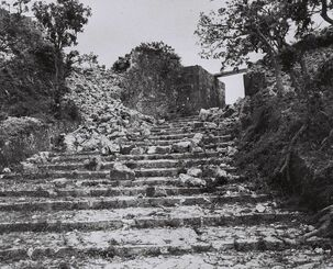 戦火にさらされた首里城