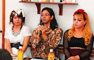 「認めなくてもいいので人として接してほしい」と話す(左から)らんさん、ま~ちゃんさん、らむさん=沖縄市仲宗根町