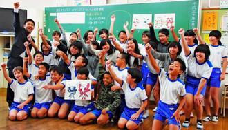 東京五輪・パラリンピックの公式マスコット選考に投票した大謝名小6年3組の子どもたち=16日、宜野湾市大謝名の同校