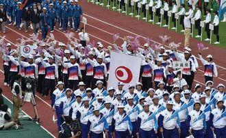 「紀の国わかやま国体」の総合開会式で、入場行進する沖縄県選手団=26日、紀三井寺公園陸上競技場