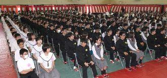 1期生(左端)を迎え開かれた開邦中学校と高校の入学式=7日午後2時すぎ、南風原町