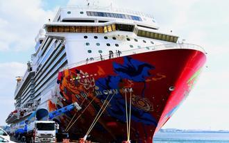 沖縄に初寄港したプレミアムクルーズ船「ゲンティン・ドリーム号」=4日午後、那覇港国際コンテナターミナル