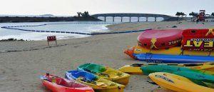 落雷で遊泳禁止となった美々ビーチいとまん。普段ならにぎわう時間帯だが、人けがなくなった=24日午後5時、糸満市西崎町