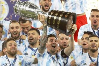 南米選手権を制し、トロフィーを掲げて喜ぶメッシとアルゼンチンの選手たち=7月、リオデジャネイロ(AP=共同)