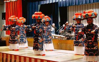 世禮國男顕彰平安座音楽祭で四つ竹を踊る平安座琉舞会=うるま市平安座自治会館