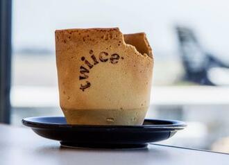 食べられるコーヒーカップ(ニュージーランド航空提供・共同)