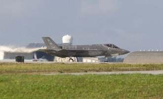 嘉手納基地を離陸するF35=2日午前8時12分(読者提供)