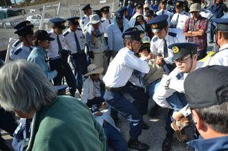 県警機動隊に強制排除される座り込みの市民ら=21日午前、名護市の米軍キャンプ・シュワブゲート前