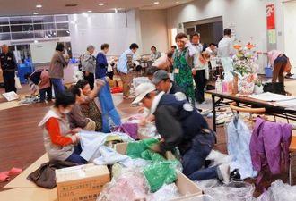 支援物資の衣類が被災した女性たちに配布されている避難所の様子=2011年5月、仙台市内(相馬さん撮影)