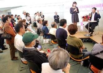 「終活」に関する◯×クイズに参加する来場者=15日、宜野湾市・沖縄コンベンションセンター