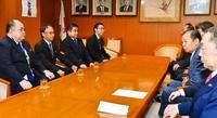沖縄・デニー知事、きょう安倍首相と会談 「まず胸襟を開いて対話」