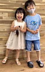 髪を切って笑顔の帆乃樺ちゃん(左)とお兄ちゃんの幸乃助さん=3日、今帰仁村諸志