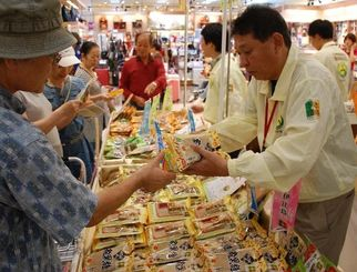 買い物客でにぎわう「黒糖の日」イベント=10日、那覇市・サンエー那覇メインプレイス