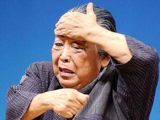 沖縄戦の慶良間諸島での「集団自決(強制集団死)」を題材にした一人芝居「赤いブクブクー」を演じる北島角子さん=2005年6月23日、那覇市民会館