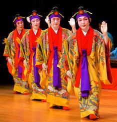 華やかな祝賀の舞「稲まづん」で開幕した創立50周年記念公演=21日、那覇市久茂地・タイムスホール(古謝克公撮影)