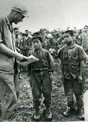 沖縄戦で捕虜になった鉄血勤皇隊の少年たち=1945年6月