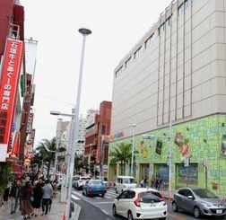 開業から1年を迎えるハピナハ(右)。周辺の商店街や店舗との相乗効果で集客を目指す
