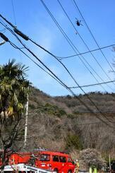 栃木県足利市の山林火災で消火活動に当たるヘリ=1日午前9時23分