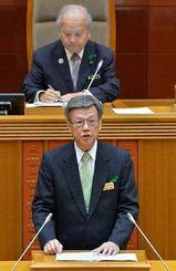 沖縄県議会2月定例会で所信表明演説をする翁長雄志知事=16日午前、県議会