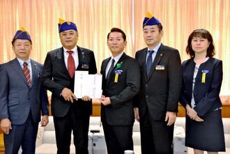 松本哲治浦添市長(中央)に寄付金を手渡す棚原良裕会長(左から2人目)ら=同市役所