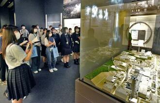 「東日本大震災・原子力災害伝承館」の展示を見る人たち=20日午前、福島県双葉町