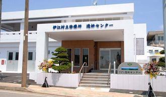 ベッド11床や最新機器を備えて、完成した村立診療所透析センター=20日、伊江村川平