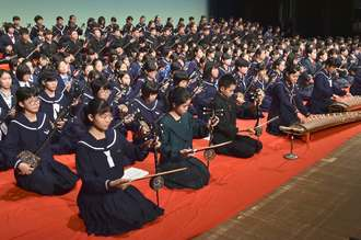 歌三線合奏で幕を開けた県中学校総合文化祭=8日午前、うるま市民芸術劇場響ホール