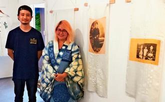 移民した祖父らの故郷への思いを表現した染め物展を開いているパトリシア・サユリ・ホカマ・フォガサさん(右)と遠縁でギャラリーオーナーの許田盛哉さん(左)=宜野湾市真栄原・ギャラリーPIN-UP(ピンナップ)」