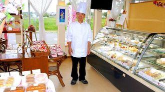 「たくさんの種類の中から好きなケーキを選んでほしい」と話す糸村均さん=豊見城市豊崎