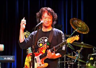 古希ライブで円熟味を増した演奏を披露する喜納昌吉さん=東京都文京区・文化シヤッターBXホール