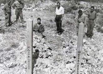 部下たちが牛島満司令官の遺体を埋めたとみられる場所に立てた、木柱の墓標。裏側に「昭和二十年六月二十二日」と刻まれている=糸満市摩文仁